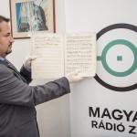 Nemes Gábor, a Fogadja örökbe a múltját program felelőse, levéltáros Istvánffy Benedek Jam Virga Jesse Florescit című graduáléjának kottájával  MTI Fotó: Krizsán Csaba