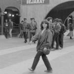 A Karthago együttes nyitókoncertje előtt gyülekeznek a fiatalok a Városliget új szórakoztató központja, a Petőfi Csarnok előtt Budapesten 1985. április 27-én. MTI Fotó: Friedmann Endre