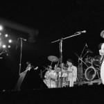 Mohai Tamás (j) gitáros, Mohai Győző (k) dobos és Kádár László (b) basszusgitáros, az 1983-ban alakult székesfehérvári Faxni együttes tagjai, a Karthago előzenekara játszik a színpadon a Petőfi Csarnok megnyitása alkalmából Budapest, 1985. április 27-én. MTI Fotó: Friedmann Endre