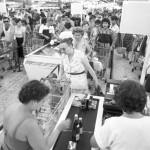 Hosszú sorokban állnak a vevők a pénztáraknál a Petőfi Csarnokban 1986. július 6-án, a nyári hetekben immár hagyományosan megrendezett bolhapiacon. MTI Fotó: Friedmann Endre