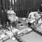 Árusok kínálják portékáikat a Petőfi Csarnokban 1986. július 6-án a hagyományosan megrendezett bolhapiacon, melyen sok apró tárgy, emlék és használati cikk cserél gazdát. MTI Fotó: Friedmann Endre