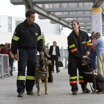 Aqua, a belga juhász (b) Balázs Lászlóval, a Baptista Mentőszolgálat kutyás részlegének vezetőjével és Morris, a francia pásztor (j) Eged Zsófi kutyavezetővel a Ferihegy 2A repülőtéren. Katasztrófamentők indulnak a Baptista Mentőszolgálat szervezésében a földrengés sújtotta térségbe. Indonéziában 24 órán belül két nagyobb erejű földrengés volt. Szeptember 30-án délután Szumátra sziget partjainál a Richter-skála szerint 7,6-os, csütörtökön Padang városától 226 kilométerre délnyugatra 6,8-as földrengést regisztráltak. MTI Fotó: Szigetváry Zsolt