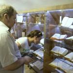 Érdeklődők a Vizsoly eljött hozzánk - magyar bibliatörténeti kiállítás megnyitóján a Duna-házban, az erdélyi Torockón, a második Duna-napon 2015. június 6-án. MTI Fotó: Koszticsák Szilárd