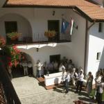 Résztvevők a Vizsoly eljött hozzánk - magyar bibliatörténeti kiállítás megnyitóján a Duna-házban, az erdélyi Torockón, a második Duna-napon 2015. június 6-án. MTI Fotó: Koszticsák Szilárd