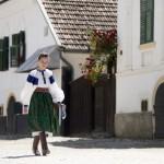 Egy lány népviseletben érkezik a második Duna-nap megnyitójára, az erdélyi Torockón 2015. június 6-án. MTI Fotó: Koszticsák Szilárd