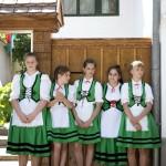 Aranyosszéki népviseletben lányok hűsölnek az árnyékban a második Duna-nap megnyitóján, az erdélyi Torockón 2015. június 6-án. MTI Fotó: Koszticsák Szilárd