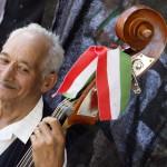 Egy muzsikus várja a fellépését a második Duna-nap megnyitóján, az erdélyi Torockón 2015. június 6-án. MTI Fotó: Koszticsák Szilárd