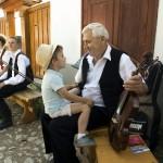Egy muzsikus az unokájával beszélget a fellépése szünetében a második Duna-nap megnyitóján, az erdélyi Torockón 2015. június 6-án. MTI Fotó: Koszticsák Szilárd