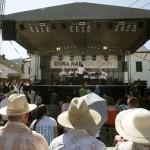 A falubeli kórus énekel a második Duna-nap megnyitóján, az erdélyi Torockón 2015. június 6-án. MTI Fotó: Koszticsák Szilárd