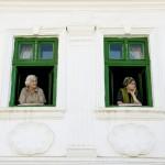 Asszonyok az ablakból figyelik az előadásokat a második Duna-nap megnyitóján, az erdélyi Torockón 2015. június 6-án. MTI Fotó: Koszticsák Szilárd
