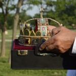 A Szent Korona másolatát hozzák a Történelmi Magyarország Emlékparkban az avatóünnepségre Kétpón 2015. június 7-én. MTI Fotó: Mészáros János