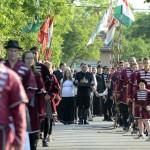 A Szent Korona másolatát hozzák a Történelmi Magyarország Emlékparkba az avatóünnepségre Kétpón 2015. június 7-én. MTI Fotó: Mészáros János
