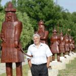 Czupp Pál fafaragó, népi iparművész alkotásánál, a hét vezért ábrázoló szobroknál a Történelmi Magyarország Emlékparkban az avatóünnepség napján Kétpón 2015. június 7-én. MTI Fotó: Mészáros János