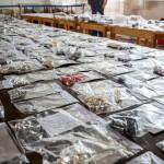 Lopásból származó, lefoglalt ékszerek a debreceni rendőrkapitányságon 2015. július 22-én. Százmillió forint értékben foglaltak le ékszert és készpénzt egy 47 éves ecseri férfinél, aki Debrecenbe járt betörni. Kihallgatása után őrizetbe vették, és a bíróság egy hete előzetes letartóztatásba helyezte. MTI Fotó: Czeglédi Zsolt