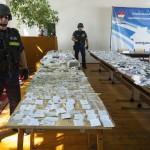 Rendőrök őrzik a lopásból származó, lefoglalt ékszereket a debreceni rendőrkapitányságon 2015. július 22-én. Százmillió forint értékben foglaltak le ékszert és készpénzt egy 47 éves ecseri férfinél, aki Debrecenbe járt betörni. Kihallgatása után őrizetbe vették, és a bíróság egy hete előzetes letartóztatásba helyezte. MTI Fotó: Czeglédi Zsolt