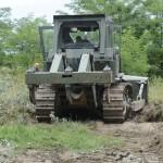 Egy honvédségi lánctalpas munkagép az ideiglenes műszaki határzár építésének előkészítéseként földmunkákat végez a magyar-szerb határon, Mórahalom közelében 2015. július 13-án.MTI Fotó: Kelemen Zoltán Gergely