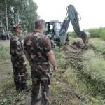 Egy munkagép az ideiglenes műszaki határzár építésének előkészítéseként földmunkákat végez a magyar-szerb határon, Mórahalom közelében 2015. július 13-án.MTI Fotó: Kelemen Zoltán Gergely