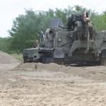 A Magyar Honvédség BAT-2 típusú lánctalpas bulldózere tereprendezési munkát végez az ideiglenes biztonsági határzár 150 méteres mintaszakaszának építése során a magyar-szerb határon, Mórahalom térségében 2015. július 14-én. MTI Fotó: Kelemen Zoltán Gergely