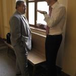 Kiss Ernő nyugalmazott rendőr dandártábornok (b) ügyvédjével, Molnár Csabával beszélget az ellene folytatólagosan, vesztegetést állítva elkövetett befolyással üzérkedés miatt indult büntetőper tárgyalása előtt a Fővárosi Törvényszék folyosóján 2015. július 10-én. Az ügyész letöltendő börtönbüntetést, pénzbüntetést, továbbá vagyonelkobzást indítványozott az vádbeszédében, a védő ugyanakkor bűncselekmény hiányában történő felmentést kért Kiss Ernőre. MTI Fotó: Kovács Attila