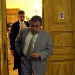 Kiss Ernő nyugalmazott rendőr dandártábornok (elöl) érkezik ügyvédje, Molnár Csaba társaságában az ellene folytatólagosan, vesztegetést állítva elkövetett befolyással üzérkedés miatt indult büntetőper tárgyalására a Fővárosi Törvényszéken 2015. július 10-én. Az ügyész letöltendő börtönbüntetést, pénzbüntetést, továbbá vagyonelkobzást indítványozott az vádbeszédében, a védő ugyanakkor bűncselekmény hiányában történő felmentést kért Kiss Ernőre. MTI Fotó: Kovács Attila