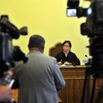 Kiss Ernő nyugalmazott rendőr dandártábornok (háttal) az ellene folytatólagosan, vesztegetést állítva elkövetett befolyással üzérkedés miatt indult büntetőper tárgyalásán a Fővárosi Törvényszék tárgyalótermében 2015. július 10-én. Az ügyész letöltendő börtönbüntetést, pénzbüntetést, továbbá vagyonelkobzást indítványozott az vádbeszédében, a védő ugyanakkor bűncselekmény hiányában történő felmentést kért Kiss Ernőre. Szemben Hajba Krisztina tanácsvezető bíró. MTI Fotó: Kovács Attila
