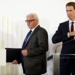 Frank-Walter Steinmeier német külügyminiszter, Sebastian Kurz osztrák külügyminiszter és Johannes Hahn, az Európai Bizottság szomszédságpolitikai és bővítési tárgyalásokért felelős osztrák biztosa (b-j) sajtóértekezletre érkezik a nyugat-balkáni csúcstalálkozón Bécsben 2015. augusztus 27-én. (MTI/EPA/Roland Schlager)