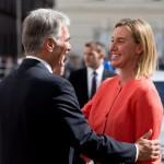 Werner Faymann osztrák kancellár (b) üdvözli Federica Mogherinit, az Európai Unió kül- és biztonságpolitikai főmegbízottját a nyugat-balkáni térségről szóló csúcstalálkozó előtt Bécsben 2015. augusztus 27-én. (MTI/EPA/Georg Hochmuth)