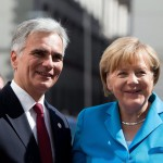 Werner Faymann osztrák kancellár (b) üdvözli Angela Merkel német kancellárt a nyugat-balkáni térségről szóló csúcstalálkozó előtt Bécsben 2015. augusztus 27-én. (MTI/EPA/Georg Hochmuth)