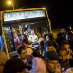 Illegális bevándorlók leszállnak egy buszról Hegyeshalomnál 2015. szeptember 5-én éjjel. A központi operatív törzs úgy döntött, hogy az éjszaka folyamán autóbuszokat vezényel a Keleti pályaudvarhoz és a M1-es autópályához, és felajánlják az ott tartózkodó bevándorlóknak, hogy a hegyeshalmi határátlépési ponthoz szállítják őket. Ausztria a szükséghelyzet miatt beengedi a Magyarországról érkező migránsokat. MTI Fotó: Mohai Balázs