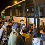 Illegális bevándorlók felszállnak egy buszra Vértesszőlősön 2015. szeptember 5-én éjjel. A központi operatív törzs úgy döntött, hogy az éjszaka folyamán autóbuszokat vezényel a Keleti pályaudvarhoz és a M1-es autópályához, és felajánlják az ott tartózkodó bevándorlóknak, hogy a hegyeshalmi határátlépési ponthoz szállítják őket. Ausztria a szükséghelyzet miatt beengedi a Magyarországról érkező migránsokat. MTI Fotó: Mohai Balázs