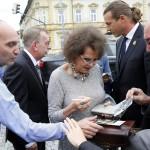 Claudia Cardinale színésznő, a 12. Jameson CineFest Miskolci Nemzetközi Filmfesztivál életműdíjasa autogramot oszt a fesztivál megnyitóünnepsége előtt 2015. szeptember 11-én. MTI Fotó: Vajda János