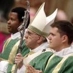 """Ferenc pápa (k) szentmisét celebrál a Szent Péter-bazilikában """"A család hivatása és missziója az egyházban és a mai világban"""" című rendes püspöki szinódus kezdetének alkalmából 2015. október 4-én. (MTI/EPA/Giuseppe Lami)"""