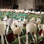 """Résztvevők Ferenc pápának """"A család hivatása és missziója az egyházban és a mai világban"""" című rendes püspöki szinódus kezdetének alkalmából celebrált szentmiséjén a Szent Péter-bazilikában 2015. október 4-én. (MTI/EPA/Giuseppe Lami)"""