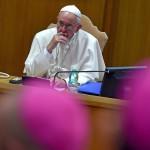 """Ferenc pápa """"A család hivatása és missziója az egyházban és a mai világban"""" című rendes püspöki szinóduson 2015. október 5-én. (MTI/EPA/Ettore Ferrari)"""