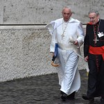 Ferenc pápa (b) és Lluis Martinez Sistach barcelona érsek a családról szóló rendes püspöki szinódus ülésére megy a Vatikánban 2015. október 10-én. A közel 300 bíboros, püspök és prelátus részvételével zajló pápai tanácskozás október 24-én ér véget. (MTI/EPA/Ettore Ferrari)