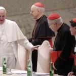 Ferenc pápa (b) a püspöki szinódus létrejöttének 50. évfordulójáról tartott megemlékezésre érkezik a vatikáni VI. Pál-csarnokba a családról szóló rendes püspöki szinódus idején, 2015. október 17-én. Jobbról, hátul Erdő Péter bíboros, a magyar katolikus egyház prímása, Esztergom-Budapest egyházmegye érseke, a szinódus főrelátora. (MTI/EPA/Giuseppe Lami)