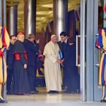 Vatikánváros, 2015. október 20. Ferenc pápa a családról szóló rendes püspöki szinódus ülésére érkezik a Vatikánban 2015. október 20-án. A két nappal korábban kezdődött, közel 300 bíboros, püspök és prelátus részvételével zajló pápai tanácskozás október 24-én ér véget. (MTI/EPA/Ettore Ferrari)