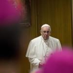 """Ferenc pápa """"A család hivatása és missziója az egyházban és a mai világban"""" című rendes püspöki szinóduson 2015. október 5-én. (MTI/AP/Alessandra Tarantino)"""