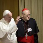 Ferenc pápa (b) és Erdő Péter bíboros, a magyar katolikus egyház prímása, Esztergom-Budapest egyházmegye érseke, a szinódus főrelátora a családról szóló rendes püspöki szinódus első ülésére érkezik a Vatikánban 2015. október 5-én. (MTI/AP/Alessandra Tarantino)