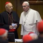 Ferenc pápa (j) Lorenzo Baldisseri bíborossal beszélget a családról szóló rendes püspöki szinódus ülés kezdete előtt Vatikánvárosban 2015. október 16-án. (MTI/AP/Alessandra Tarantino)