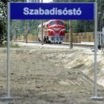 Siófok, 2015. június 17. Egy M61 017-es dízelmozdony vontatta mérőkocsi Szabadisóstónál 2015. június 16-án. A napokban adták át a Lepsény és Szántód-Kőröshegy közötti korszerűsített vasúti vonalszakaszt. MTI Fotó: Máthé Zoltán