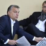 Orbán Viktor miniszterelnök (b), mielőtt interjút ad a Kossuth Rádió 180 perc című műsorában a Magyar Rádió stúdiójában 2015. november 20-án. Jobbra Nagy János, a Miniszterelnöki Kabinetiroda államtitkára. MTI Fotó: Máthé Zoltán