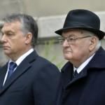 Orbán Viktor miniszterelnök (b) és Boross Péter volt miniszterelnök, a Nemzeti Emlékhely és Kegyeleti Bizottság elnöke a Szovjetunióba hurcolt magyar politikai rabok és kényszermunkások közelgő emléknapja alkalmából tartott megemlékezésen Budapesten 2015. november 21-én. A Szovjetunióban Volt Magyar Politikai Rabok és Kényszermunkások Szervezete (Szorakész) és a Gulag Emlékbizottság ünnepségét a VI. kerületi Derkovits Gyula Általános Iskola udvarán tartották, mert ebben az épületben volt 1945-1948 között a szovjet állambiztonság börtöne. MTI Fotó: Máthé Zoltán