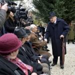Boross Péter volt miniszterelnök, a Nemzeti Emlékhely és Kegyeleti Bizottság elnöke (k) érkezik a Szovjetunióba hurcolt magyar politikai rabok és kényszermunkások közelgő emléknapja alkalmából tartott megemlékezésre Budapesten 2015. november 21-én. A Szovjetunióban Volt Magyar Politikai Rabok és Kényszermunkások Szervezete (Szorakész) és a Gulag Emlékbizottság ünnepségét a VI. kerületi Derkovits Gyula Általános Iskola udvarán tartották, mert ebben az épületben volt 1945-1948 között a szovjet állambiztonság börtöne. MTI Fotó: Máthé Zoltán
