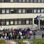 Résztvevők az Alkotmánybíróság (AB) épülete előtt tartott tüntetésen, amelyen teljes kártalanítást, a károsultak kárpótlásáról szóló törvény végrehajtását, illetve új törvény megalkotását követelték 2015. november 17-én. MTI Fotó: Kovács Attila
