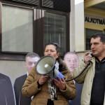 Himmer Éva és Kálmán-Pikó István Quaestor-károsultak az Alkotmánybíróság (AB) épülete előtt tartott tüntetésen, amelyen teljes kártalanítást, a károsultak kárpótlásáról szóló törvény végrehajtását, illetve új törvény megalkotását követelték 2015. november 17-én. MTI Fotó: Kovács Attila