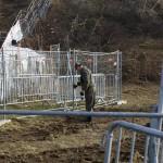 Kerítéselemeket rendez el egy katona az osztrák-szlovén határnál lévő befogadóállomásnál az ausztriai Spielfeldnél 2015. november 30-án. Megkezdték a spielfeldi határátkelőhöz tervezett kerítés kiépítésének előkészítő munkálatait, a tervek szerint a kerítés még ebben az évben elkészül. MTI Fotó: Varga György