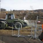 Katonai munkagép dolgozik az osztrák-szlovén határnál lévő befogadóállomásnál az ausztriai Spielfeldnél 2015. november 30-án. Megkezdték a spielfeldi határátkelőhöz tervezett kerítés kiépítésének előkészítő munkálatait, a tervek szerint a kerítés még ebben az évben elkészül. MTI Fotó: Varga György