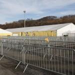 Fém kordonok az osztrák-szlovén határnál lévő befogadóállomásnál az ausztriai Spielfeldnél 2015. november 30-án. Megkezdték a spielfeldi határátkelőhöz tervezett kerítés kiépítésének előkészítő munkálatait, a tervek szerint a kerítés még ebben az évben elkészül. MTI Fotó: Varga György