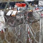 Fém kordonokkal megerősített lépcsőkorlát az osztrák-szlovén határnál lévő befogadóállomásnál az ausztriai Spielfeldnél 2015. november 30-án. Megkezdték a spielfeldi határátkelőhöz tervezett kerítés kiépítésének előkészítő munkálatait, a tervek szerint a kerítés még ebben az évben elkészül. MTI Fotó: Varga György